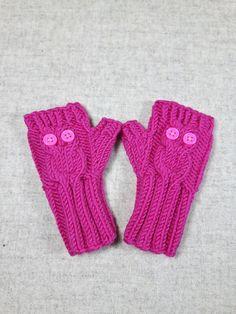 Niedliche Eulenhandschuhe für Babys und kleine Kinder bis 18 Monate. Kuschelweiche pinkfarbene Merino-Wolle. Die Eulen haben große
