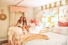 JUNIOR YR LETS GOOO! Im so tired after this lol arms weak moms spaghetti // bedding came in SO CLUTCH peep the beautiful pink velvet pillows & the softest quilts! Ole Miss Dorm Rooms, Pink Dorm Rooms, Cute Dorm Rooms, Sorority House Rooms, College Bedding, College Dorms, College House, Boston College, College School