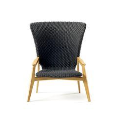 Knit est une collection de tables et d'assises extérieures imaginées par Patrick Norguet pour l'éditeur  Patrick Norguet : Ethimo. Le designer a conçu sa collection autour d'un mélange de matériaux entre bois et tissus pour un résultat élégant affichant aussi sa robustesse.