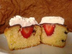 Cupcakes con sorpresa, ripieni di fragole!Strawberries and whipped cream, vanilla cupcakes
