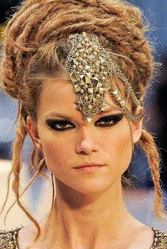 Bandeau de bijoux sur le front (Chanel)