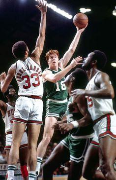 Dave Cowens (Celtics) and Kareem Abdul Jabaar (Bucks) Celtics Basketball, I Love Basketball, Basketball Practice, Basketball Pictures, Basketball Legends, Basketball Players, Dave Cowens, Basket Nba, Kareem Abdul Jabbar