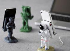Supporto per smartphone astronauta...  Se ti piace circondarti di aggeggi quasi inutili ma simpatici, il supporto da astronauta per smartphone è quello che darà un tocco in più alla tua scrivania o al tuo spazio creativo. Non solo l'astronauta ma anche altre statuette per chi ha gusti differenti come l'alieno, il pinguino, il robot.