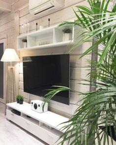 Viherkasvit tuovat viihtyisyyttä olohuoneen television ympärille