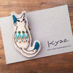手刺繍のブローチです。no.1のねこは、シンプルなフォルムですがカラフルな色合わせが楽しいねこのデザインです。シャツやトートバッグなど、コーディネートのワンポ...|ハンドメイド、手作り、手仕事品の通販・販売・購入ならCreema。