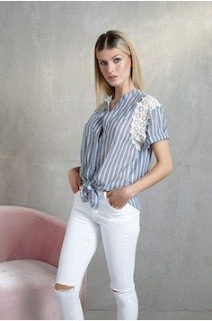 Camisa listrada cinza detalhe renda