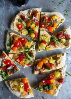 Bruschetta med hummus og tomater på pizzabunn Bruschetta, Hummus, Vegetable Pizza, Pesto, Bacon, Vegetables, Ethnic Recipes, Pai, Vegetable Recipes
