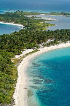 Venezuela se encuentra en la costa norte de América del Sur. El país abarca un área continental y numerosas islas en el Mar Caribe.