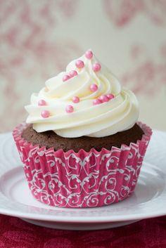 Deliciosos cupcakes de chocolate con betún de vainilla preparados con chips de chocolate y un toque de espresso para un sabor más intenso.