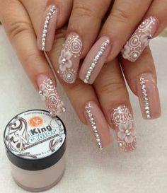Hermosas uñas para novia en color capuccino.