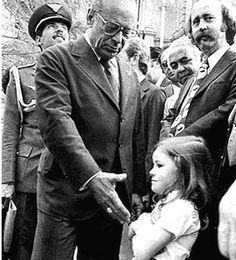 Foto_Historia : Una niña se niega a dar la mano al presidente de Brasil, Figueiredo,símbolo del fin de la dictadura brasileña. 1979.