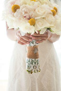 Интересно и необычно смотрятся в качестве украшения букета невесты разнообразные подвески, они способны подчеркнуть красоту и изящество невесты.