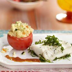 Descubre como preparar paso a paso la receta de Bacalao fresco con salsa de tomate y cuscús. Te contamos los trucos para que triunfes en la cocina con Pescados para chuparse los dedos