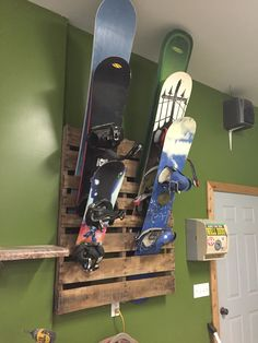 "shord Pallet Snowboard rack Oregano: Joy of the Mountain Article Body: Known as ""joy of the mountain Skateboard Storage, Skateboard Light, Snowboarding, Skiing, Sports Equipment Storage, Surfboard Rack, Camping Diy, Range Velo, Ski Rack"