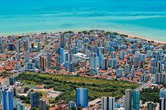 O skyline de João Pessoa, onde os edifícios altos têm vez só bem longe do…