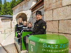 """Seit 1517 wird im Bergwerk Berchtesgaden Salz abgebaut. Auch heute noch holen Kumpel das weisse Gold (""""Bad Reichenhaller Salz"""") tief aus der Erde nach oben. Es ist eine einzigartige Welt. In diese können aber auch normale Besucher eintauchen und die 500-jährige Geschichte des Salzbergwerks kennenlernen. Eine Führung unter dem Motto """"SalzZeitReise"""" in Bergmanns-Montur dauert rund 1,5 aufregende Stunden."""