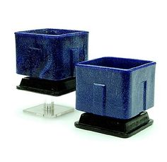 Lage vierkante dieppaarse graniver cactuspotten op onderschotels 2x ontwerp A.D.Copier 1929 uitvoering Glasfabriek Leerdam