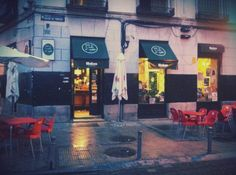 """Bar """"Donde da la vuelta el viento"""" en la calle Mesón de Paredes, Madrid"""