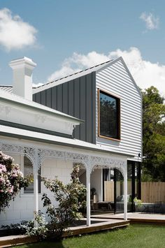 Strikingly sculptural contemporary design ➰ Weiher how this heritage building welches transformed un.a relaxed family beach house - link in bio. Modern Exterior, Exterior Design, Modern House Facades, Australian Homes, Australian Architecture, House Extensions, Facade House, House Front, Architecture Details