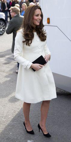 Pin for Later: Kate Middleton ist wirklich die Königin der Schwangerschaftsmode Mantel: JoJo Maman Bébé