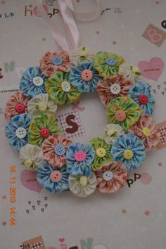 yoyo flowers wreath www.bowsribbons.com