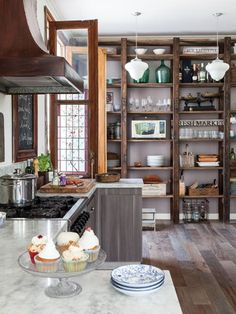 Retro Home Decor Small Farmhouse Kitchen, Country Kitchen, Vintage Kitchen, Family Kitchen, Cuisines Design, Retro Home Decor, Sweet Home, House Design, Vintage Industrial Decor