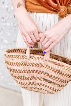 Make an On-Trend Basket Bucket Bag in Just a Few Minutes! Who knew it was this easy. Click through for the tutorial. #diyfashion #diybag #diysummer #summerdiy #diy #weekendproject