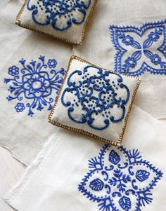 Pin cushions - Alfileteros Pincushion embroidery blue on white Japanese Embroidery, Ribbon Embroidery, Embroidery Art, Cross Stitch Embroidery, Embroidery Patterns, Machine Embroidery, White Embroidery, Cushion Embroidery, Sashiko Embroidery