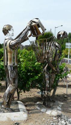 Onzain, décor vigneron  sculptures de Patrick Mériguet, acier inox. Centre