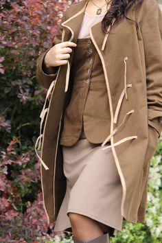 """Veste """"prête-à-coudre"""" en kit. Fermé par des liens. Grandes poches plaquées et fente dans le dos. Existe dans 3 types de toiles."""