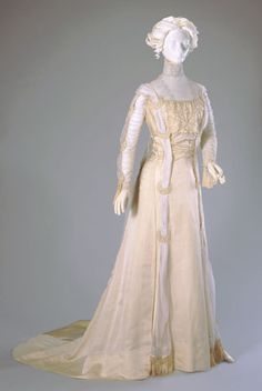 Wedding dress 1908 - Cincinnati Art Museum. sooo pretty. makes me think of creampuffs.