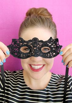 Crochet Projects Design Crochet DIY Masquerade Mask with Free Pattern - You'll be ready for the costume ball or any old Halloween party in this DIY masquerade mask. Try this fun crochet project with impressive results. Crochet Mask, Crochet Diy, Thread Crochet, Hand Crochet, Crochet Pour Halloween, Halloween Crochet Patterns, Masque Halloween, Crochet Simple, Simply Crochet