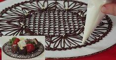 Inspirez-vous de cette vidéo pour fabriquer de magnifiques napperons de chocolat! Vous travaillez déjà la décoration à partir de chocolat appliqué à l'aide d'une poche à douille? Ceci ne sera pas très sorcier pour vous! Ce qu'elle fait: Remarquez qu
