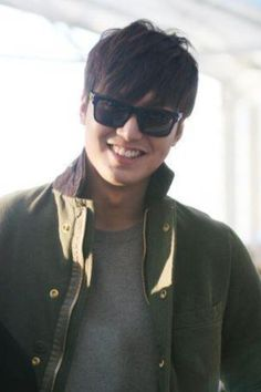 Korean superstar Lee Min Ho is in Manila, Philippines courtesy of global brand Bench which he endorses. The City Hunter star arrived at the NAIA Terminal 1 past noon on Thursday, November 15. Min Ho sported a shorter hair after having it long for the Korean drama Faith.