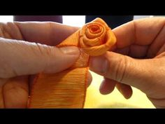 Einfache Rose selber binden, do it yourself ribbon rose - Diy and Crafts YazYaz. Flower Crafts, Diy Flowers, Fabric Flowers, Ribbon Flower Tutorial, Diy Ribbon, Ribbon Rose, Bow Tutorial, Fleurs Diy, Simple Rose