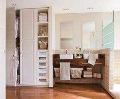 Armarios a medida para ganar sitio  De almacenaje, reduce la zona de tocador en favor de un armario semiempotrado.