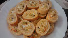 Barra de pan rellena de huevo duro, atún, piquillos, aceituna, maionesa, sal y pimienta, envolver con film i a la nevera unas 2 horas