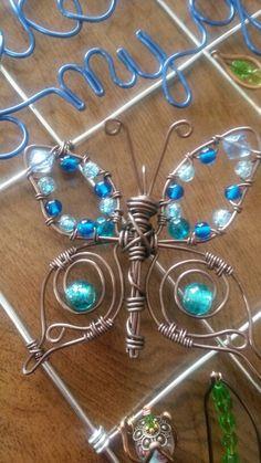 Wire wrapped beaded sun catcher butterfly. Wire Jewelry Designs, Handmade Wire Jewelry, Wire Wrapped Jewelry, Wire Crafts, Jewelry Crafts, Bead Crafts, Insect Crafts, Wire Ornaments, Butterfly Wall Art