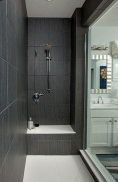 Geflieste Badezimmer, Offene Dusche Abgetrennt Zum Waschbecken Und ... Geflieste Badezimmer