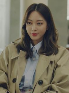 Let's take a look at the trench coat and tote bag Han Ye-seul wears in episode 18 of Korean Drama 'Big Issue' where she acts alongside Joo Jin-mo and Shin So-yul. Celebrity Scandal, Celebrity Style, Birth Of A Beauty, Han Ye Seul, Korean Tv Series, Classic Trench Coat, Badass Women, Celebs, Celebrities