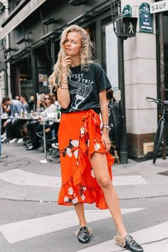 Paris Fashion Week весна-лето 2018 - street style- Tap the link now to see our super collection of accessories made just for you! Street Style 2018, Looks Street Style, Paris Street Styles, Style Outfits, Fashion Outfits, Fashion Trends, Fashion Clothes, Womens Fashion, Spring Summer Fashion