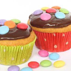 Einfache Muffins mit Schokoguss und Smarties - schön bunt und sehr beliebt bei Kindergeburtstagen!