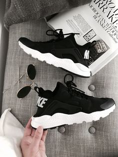 Latest Obsession: Sneakers Nike Huarache Turnschuhe The post Neueste Obsession: Turnschuhe & Zapatos appeared first on Shoes . Sneakers Mode, Sneakers Fashion, Shoes Sneakers, Sneakers Outfit Nike, Kd Shoes, Sneakers Style, Shoes Sport, Women's Sneakers, Golf Shoes