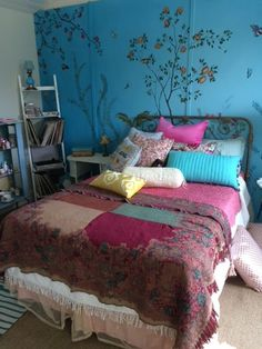 How to get the Lara Jean look: Exclusive interview with 'To All The Boys I've Loved Before' Production Designer The interior design and decor details of To All The Boys I've Loved Before film sets and how to recreate the Lara Jean bedroom look Guest Bedrooms, Bedroom Sets, Bedroom Wall, Girls Bedroom, Bedroom Decor, Shared Bedrooms, Bedroom Dressers, Bedroom Colors, Design Bedroom