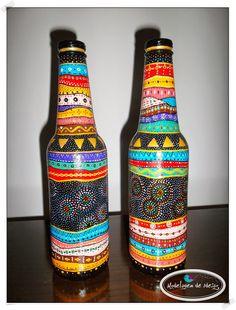 Como sou fascinada por artesanato, estou sempre a procura de ideias bacanas para colocar em prática. Passeando pela net encontrei mu... Empty Wine Bottles, Wine Bottle Art, Painted Wine Bottles, Diy Bottle, Painted Wine Glasses, Glass Bottles, Garrafa Diy, Glass Bottle Crafts, Wine Decor