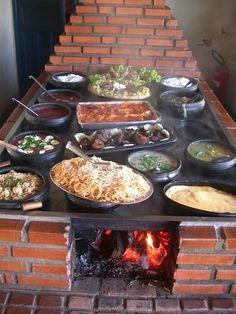 fogao a lenha moderno com exemplos de comida mineira.