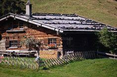 Die Berghütte ist eine der schönsten im Oberallgäu. Sie steht unter Denkmalschutz und wird seit über 300 Jahren als Sennalpe betrieben. Der Almbetrieb kümmert sich im Sommer um hungrige Wanderer u... https://www.locationrobot.de/filmlocation-oberallgaeu-alphuette-lr1534-li38