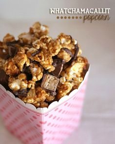 Whatchamacallit Popcorn ~ Cookies and Cups ~ Peanut Butter Caramel Popcorn Drizzled With Chocolate And Sprinkled With Chopped Candy Bars! Popcorn Snacks, Flavored Popcorn, Popcorn Recipes, Gourmet Popcorn, Snack Recipes, Dessert Recipes, Popcorn Balls, Pop Popcorn, Yummy Snacks