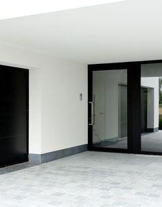 Que coûte une porte d'entrée ? Photo : www.profel.be (noire • moderne • aluminium • verre • couverte)