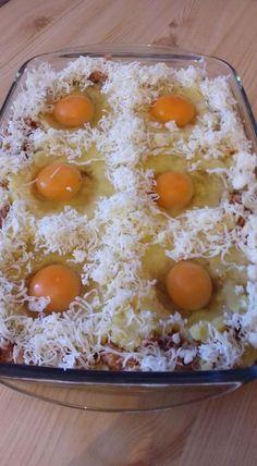 A burgonyát jénaiba tette, rákanalazta a darált húst és tojást ütött a tetejére, nemsokára el is készült a finomság! - Ketkes.com